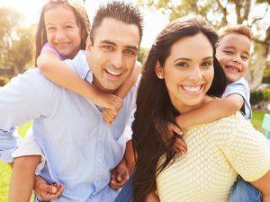Por qué se manchan los dientes y qué hacer para evitarlo