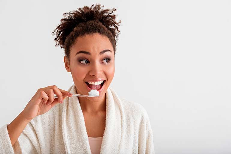 chica-cepillando-diente