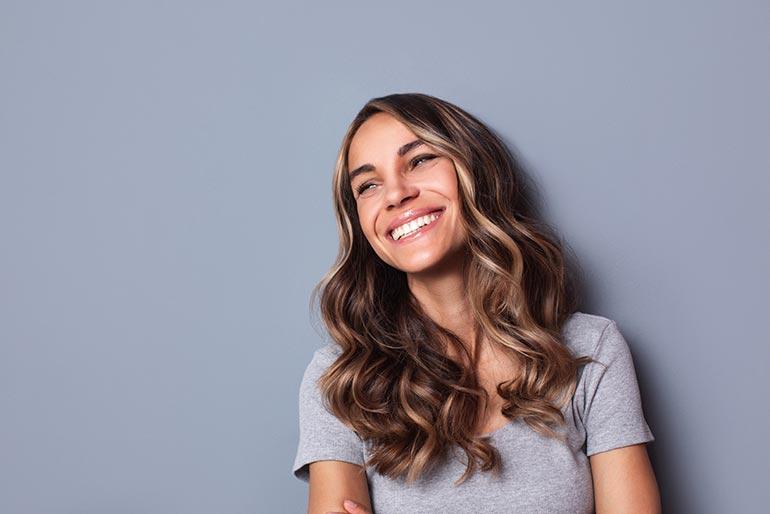 Mujer con sonrisa bonita y dientes blancos