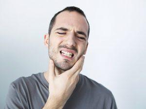 ¿Te duelen los dientes y la mandíbula al despertar? Puede que tengas bruxismo.