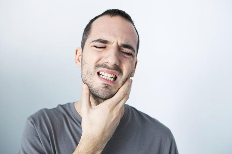 hombre-rechinando-dientes
